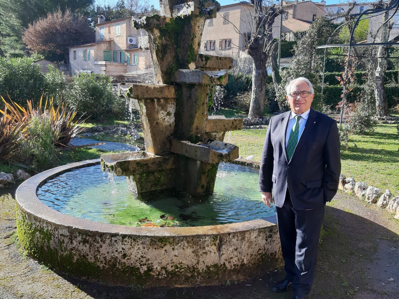 Le maire tient à préserver l'aspect verdoyant de sa commune qui évoque la douceur toscane et maîtriser son développement.
