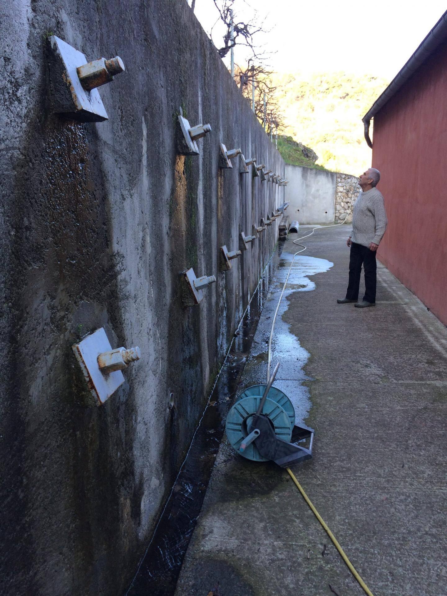 Les infiltrations d'eau ressortent par ce mur, provoquant un ruissellement continu depuis plusieurs mois et plus profondément en sous-sol.