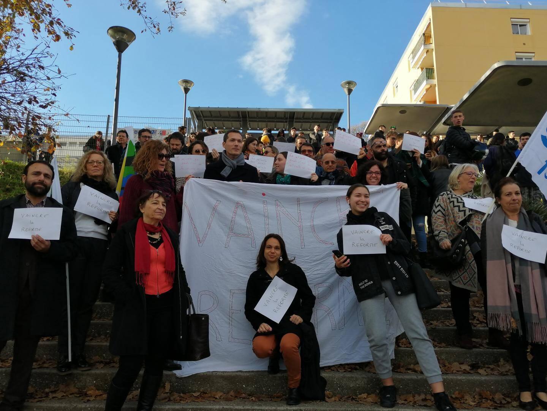 Les professeurs du lycée Curie ont protesté, hier matin, contre la réforme des retraites, mais aussi contre celle du bac.