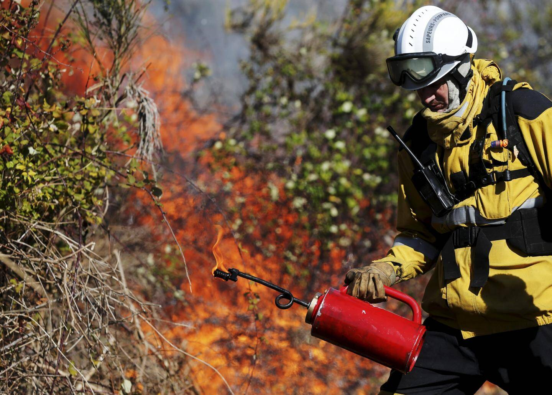 Un pompier pendant le brûlage jeudi.