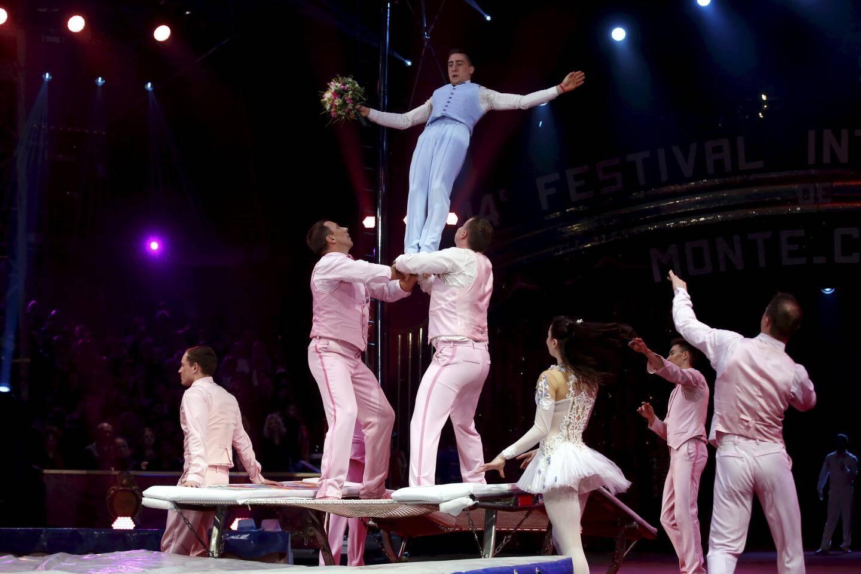 Le numéro commence comme un mariage italien… pour se poursuivre sur un trampoline. La troupe de Vladimir Efimov, représentant le cirque Nikulin de Moscou, repart avec le bronze.