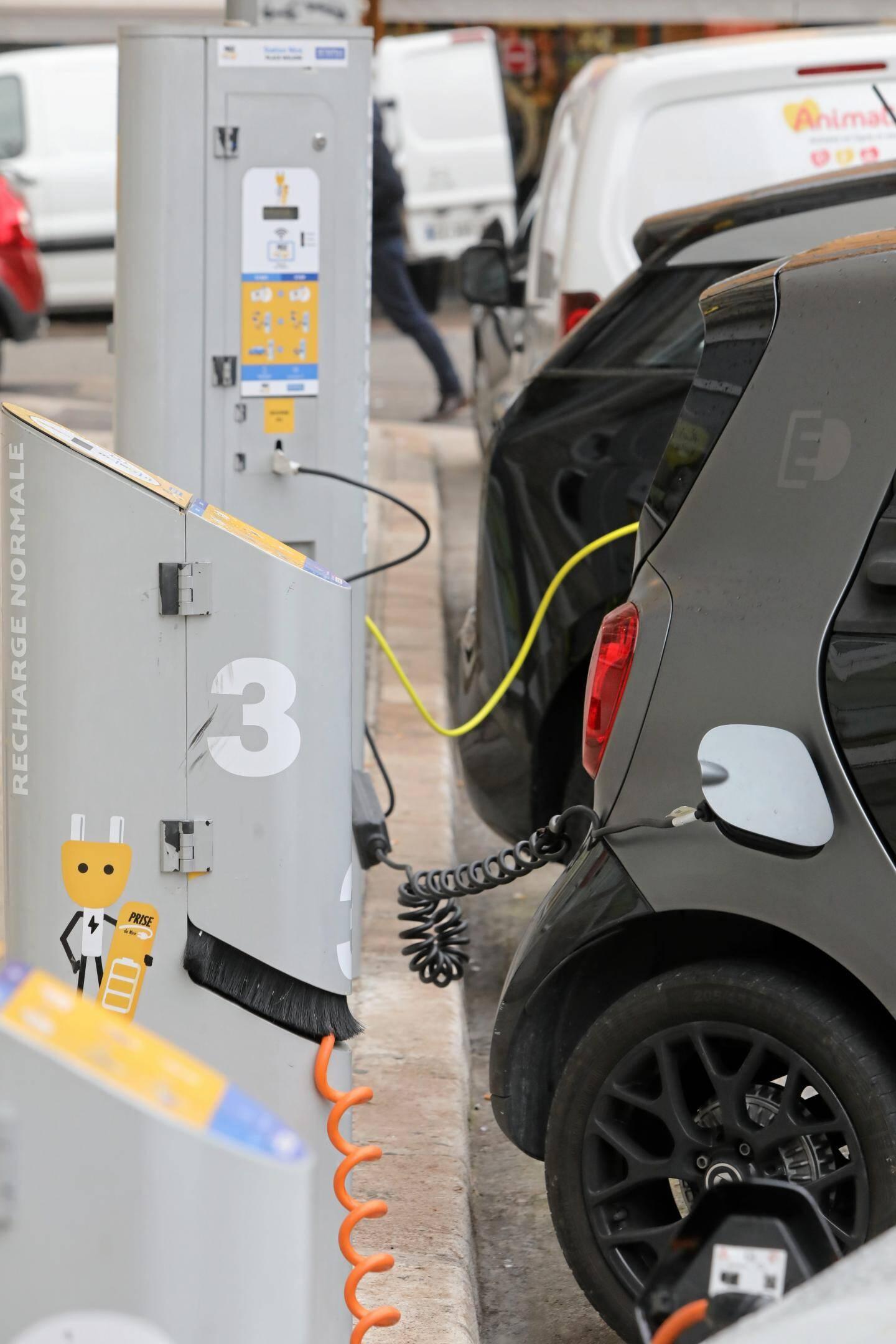 Les bornes de recharge sont à la disposition de tous les véhicules.