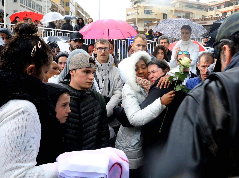 À la fin de la marche blanche, Émilie Bayeron, la jeune sœur de Laëtitia, a craqué. Elle est réconfortée par des proches.