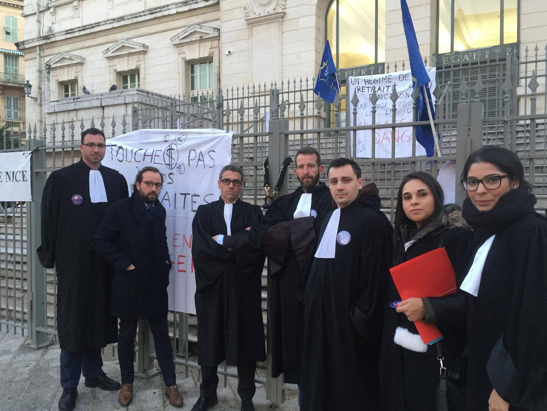 Ce mercredi matin: les avocats ont entamé le blocage du palais de justice de Nice dès 7 h 30 en chaînant les grilles du bâtiment au coeur du Vieux-Nice.