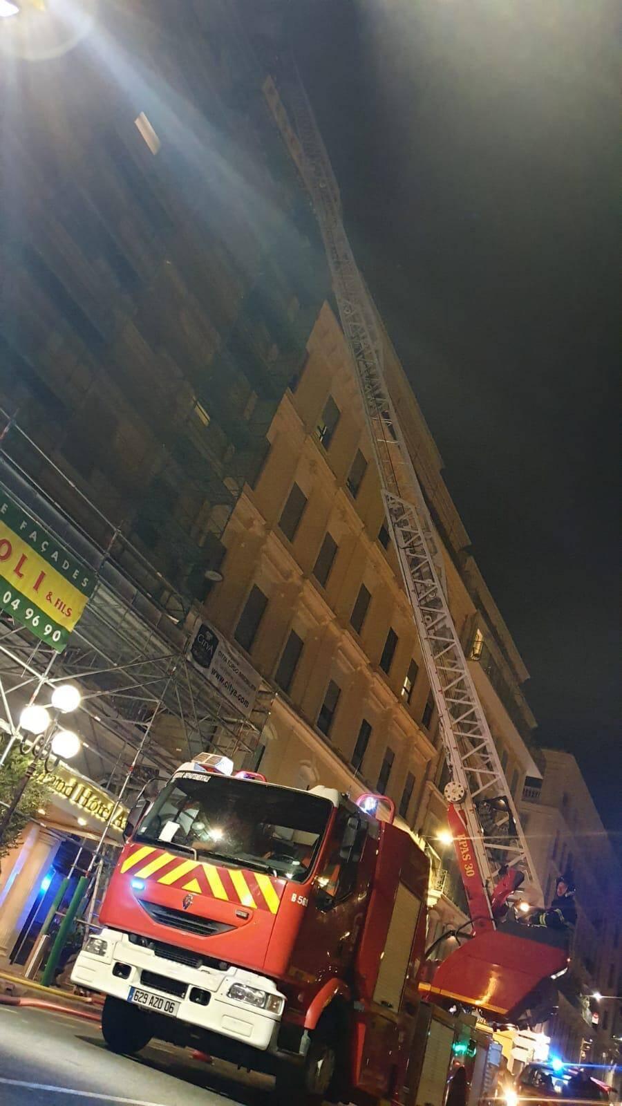 Les sapeurs-pompiers ont dû utiliser la grande échelle.
