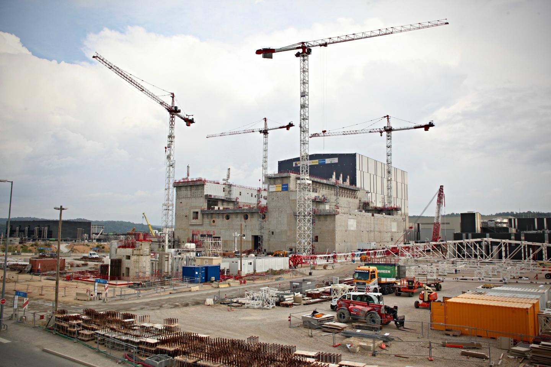 à mi-chemin entre Vinon-sur-Verdon et Saint-Paul-lès-Durance, la plateforme d'Iter (qui s'étale sur 42 hectares) est située en lisière du centre de recherche nucléaire de Cadarache.