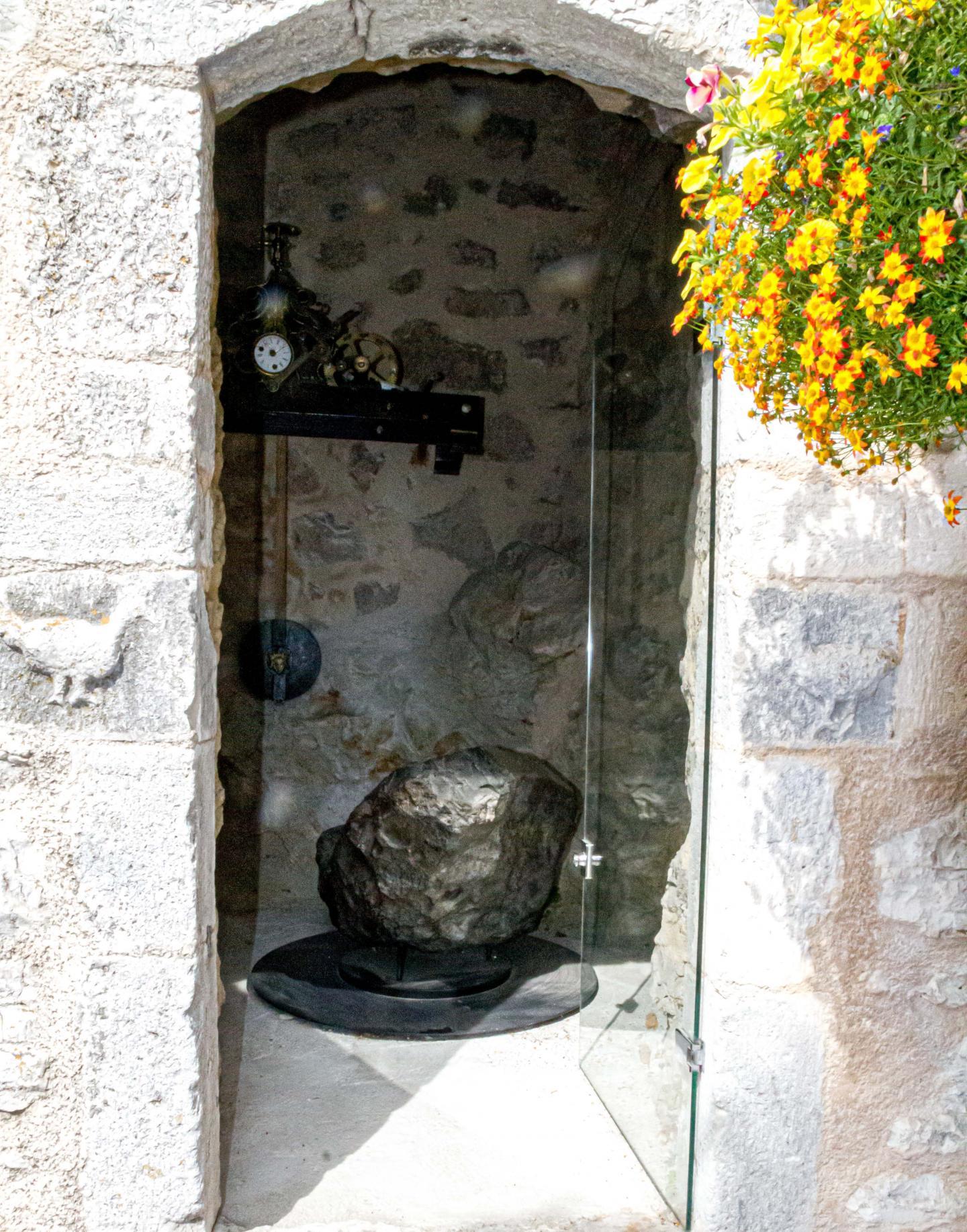 Sous le clocher de l'église se trouve un moulage parfait de la Caillite, une météorite de 625kg, tombée sur la commune, à l'Audibergue.
