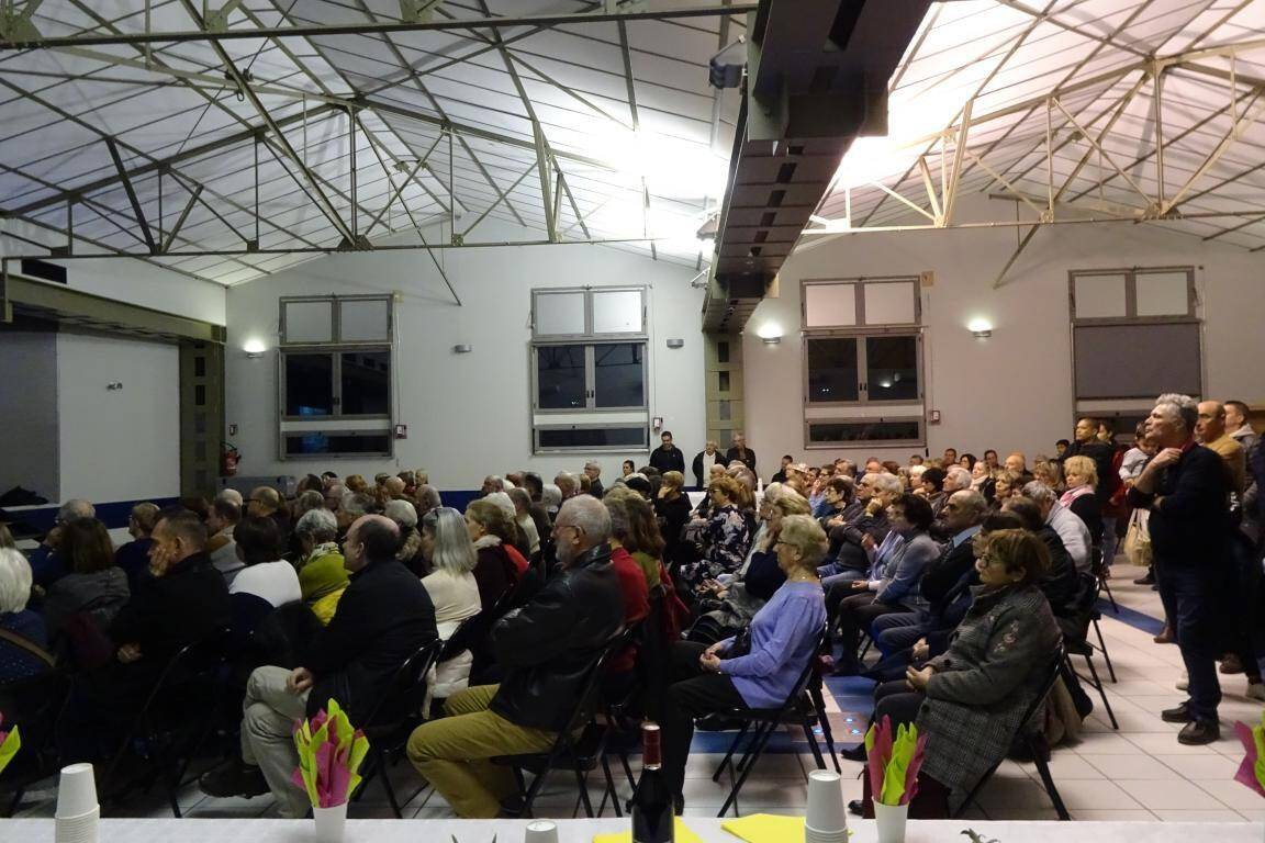 Les administrés écoutant les vœux du maire de la commune avec beaucoup d'émotion.