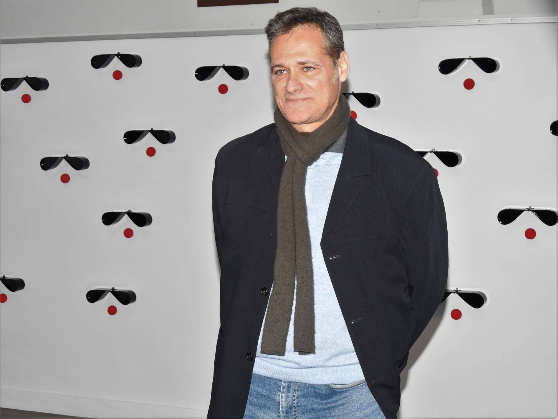 Devant son « mur qui regarde », Alain Pontarelli a expliqué certaines de ses œuvres et son goût pour la couleur rouge.