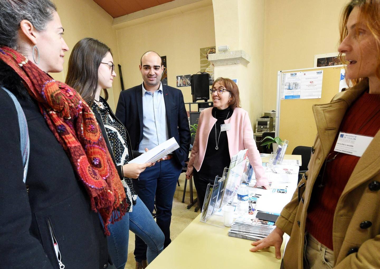 Sophie Lacomare (pull rose) et Marie-Pierre Maurin, maître de conférences en droit privé (à droite) ont répondu aux questions des lycéens.