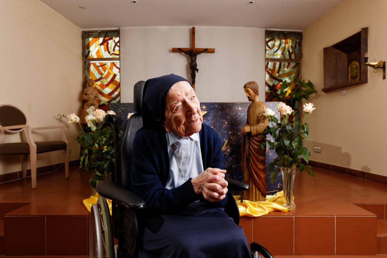 Née Lucille Randon le 11 février 1904 à Alès, dans le Gard, sœur André vit dans une maison de retraite à Toulon.