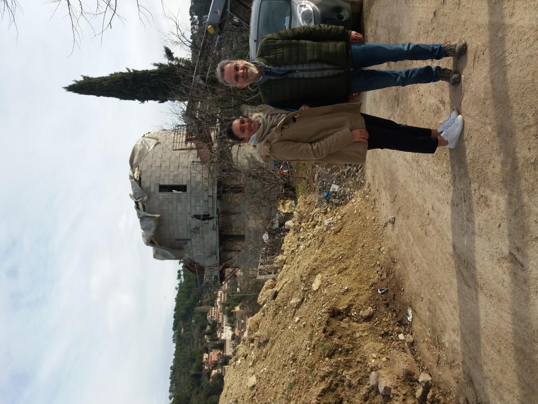 Devant le pigeonnier, le directeur du projet, Jean-Dominique Gontrand, et Aurore Chainet, responsable marketing de l'ensemble hôtelier.