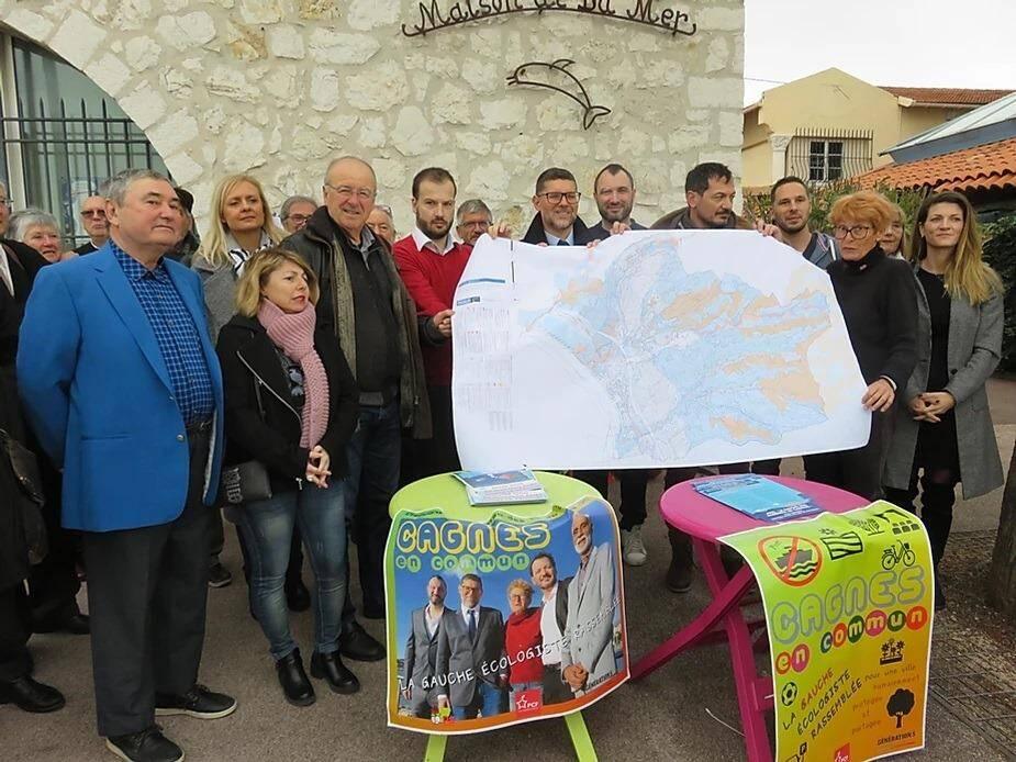 La liste de gauche faisant signer sa pétition samedi contre le projet de port. (DR)