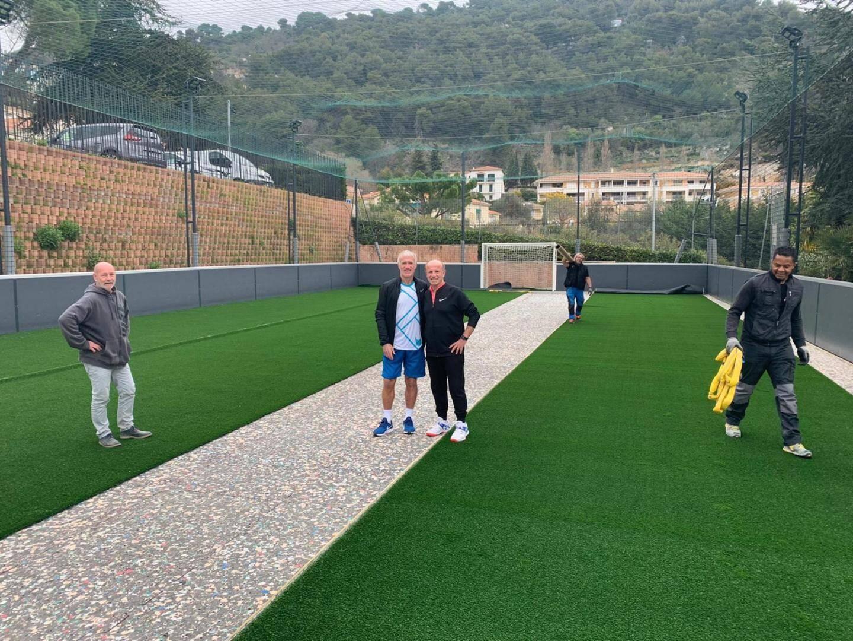 Michel Borfiga, le directeur, et Didier Deschamps, sur la nouvelle pelouse.