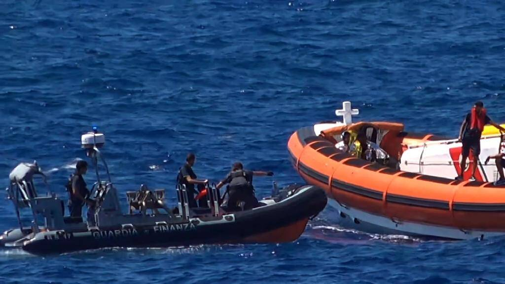Des militants de l'ONG Proactiva Open Arms viennent au secours d emigrants près de l'île italienne de Lampedusa le 20 août 2019, sur une capture d'écran d'une vidéo de Local Team.