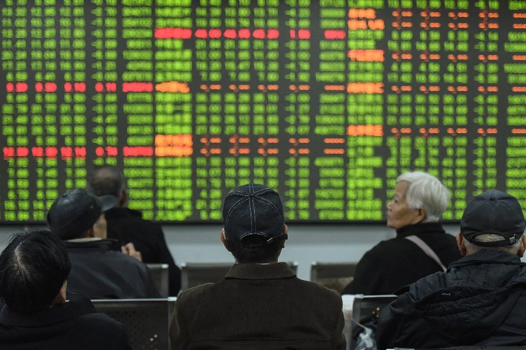 Des investisseurs regardent un écran montrant les mouvements du marché dans une entreprise de sécurité à Hangzhou (est de la Chine), le 3 février 2020