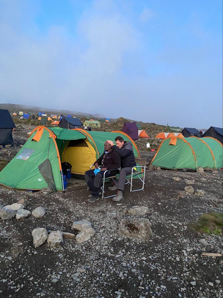 Devant leur tente à 4.000 mètres, Thierry soigne le guide, pris de fortes migraines.