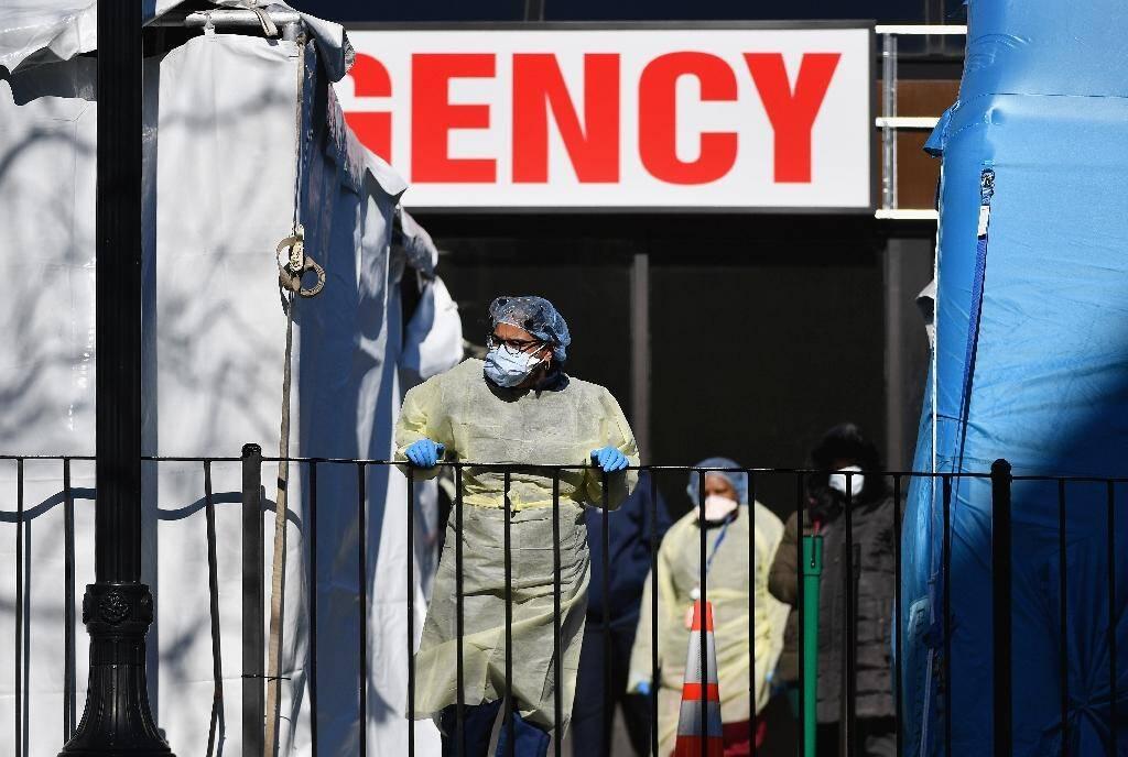 Des membres du personnel soignant devant l'hôpital d'Elmhurst, à New York, le 26 mars 2020