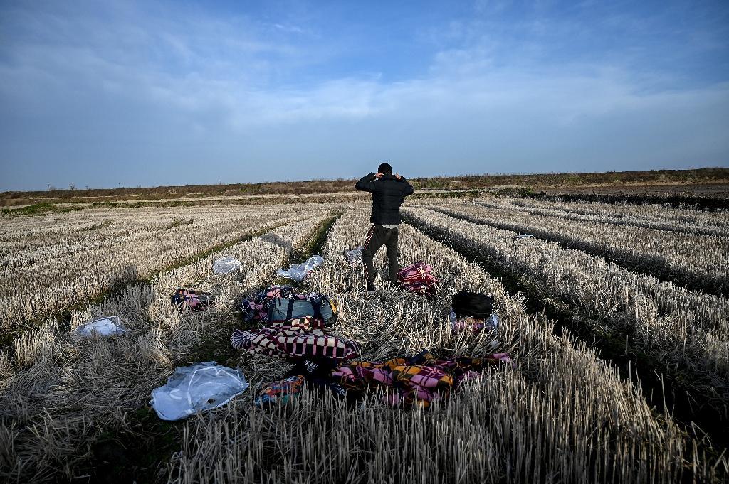 Un migrant attend près de la rivière Evros près d'Edirne en Turquie de pouvoir franchir la frontière vers la Turquie le 3 mars 2020