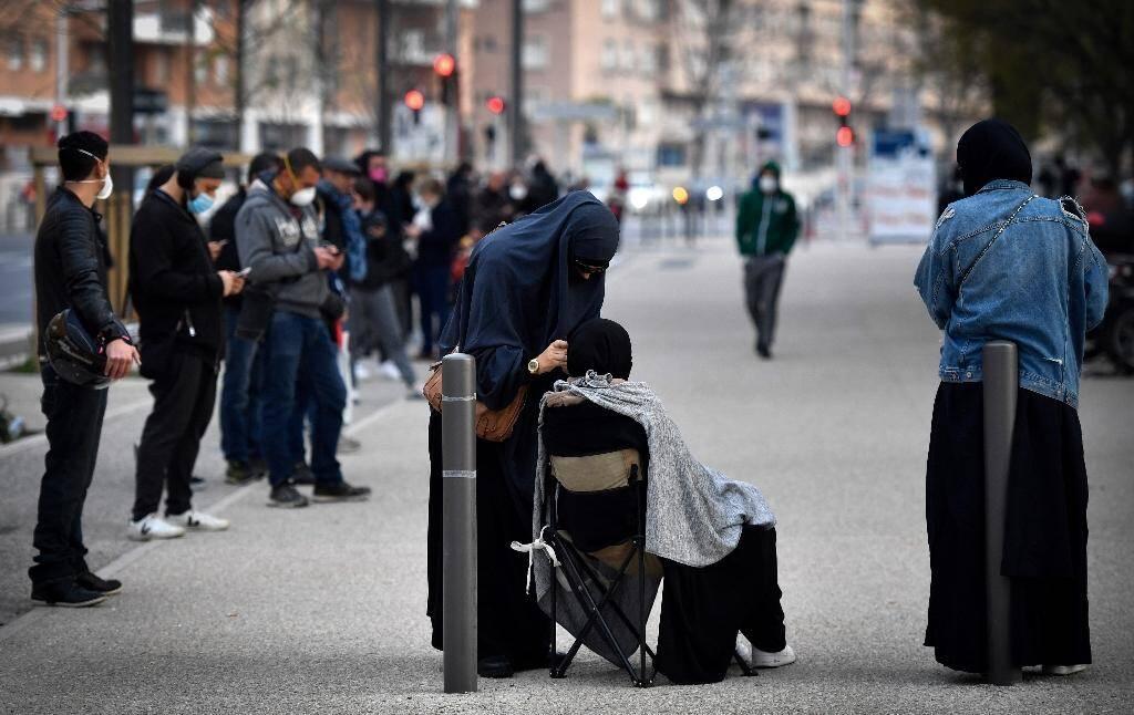 File d'attente devant l'IHU Méditerranée Infection à Marseille, le 23 mars 2020