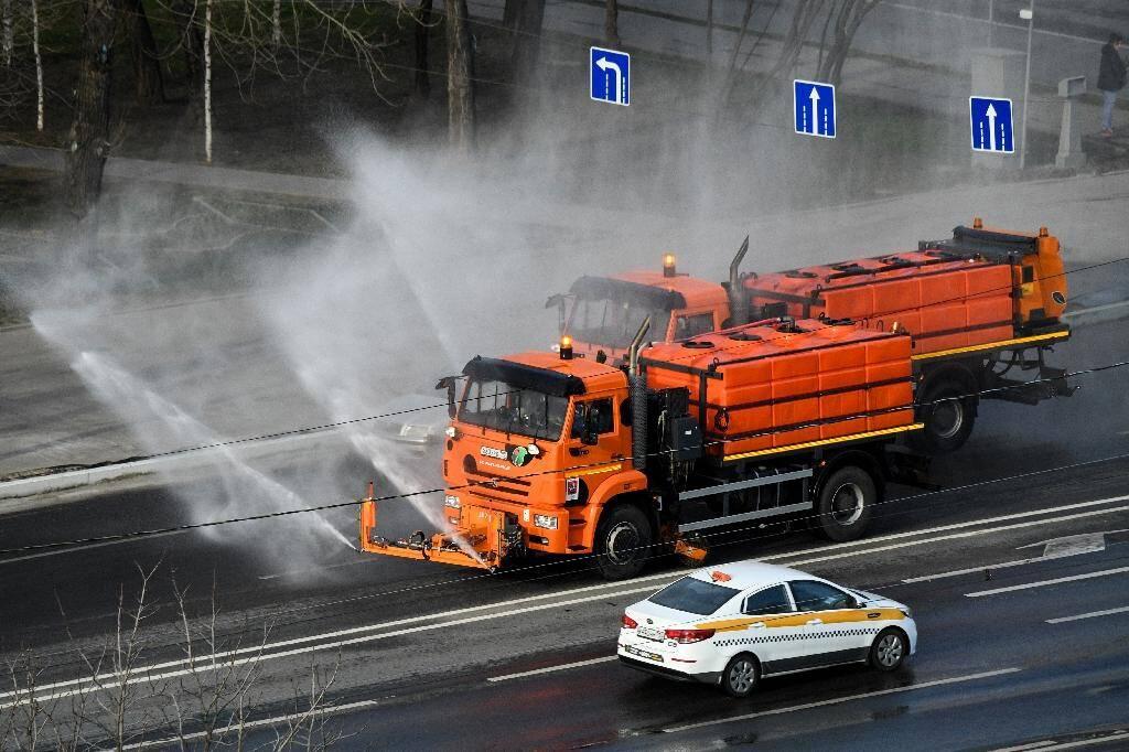 Un véhicule municipal désinfecte une route en banlieue de Moscou, le 28 mars 2020