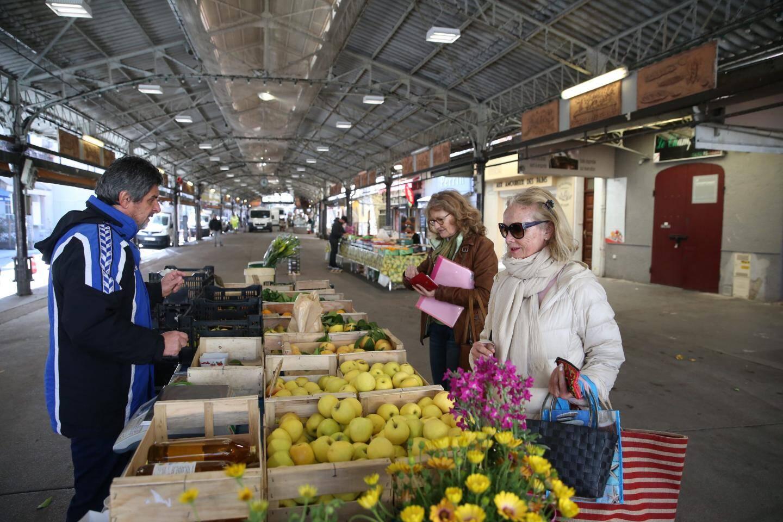 Au marché provençal, les étals sont clairsemés. Confinement oblige, les clients aussi...