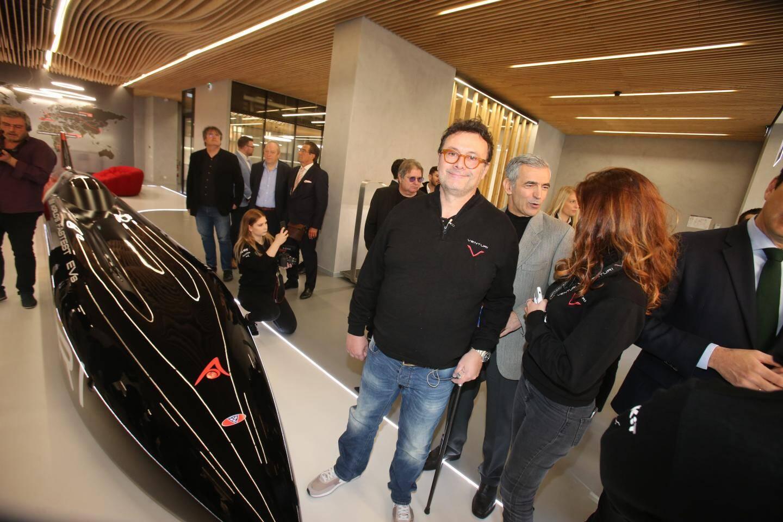 Gildo Pastor auprès du fleuron du groupe : la VBB-3. Le véhicule électrique le plus rapide au monde : 549 km/h enregistré sur le lac salé de Bonneville aux États-Unis.