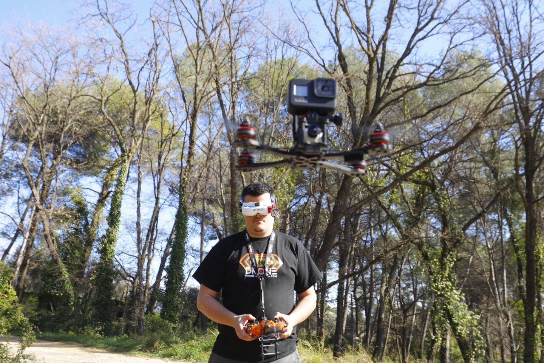 Tomz pratique le drone FPV (First Person View, soit le vol en immersion), il pilote en enfilant des lunettes.
