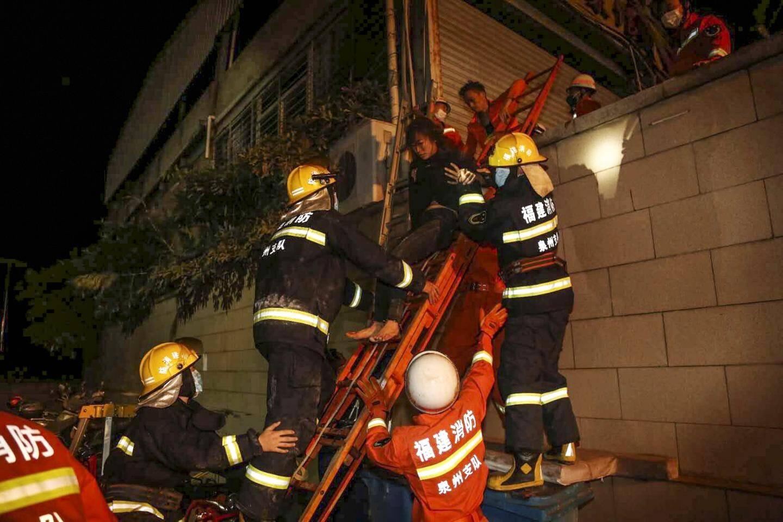 L'hôtel qui servait de bâtiment de quarantaine dans la ville de Quanzhou s'est effondré. Plus de 700 sauveteurs étaient à l'œuvre samedi soir.
