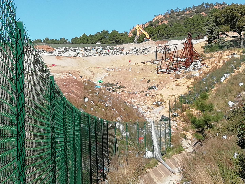 Aux abords de la décharge des Lauriers, les plastiques et autres déchets se sont envolés au dehors du périmètre délimité par les grilles.