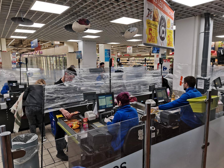 Au Carrefour Ollioules, des plastiques ont été disposés entre les caisses et les clients.