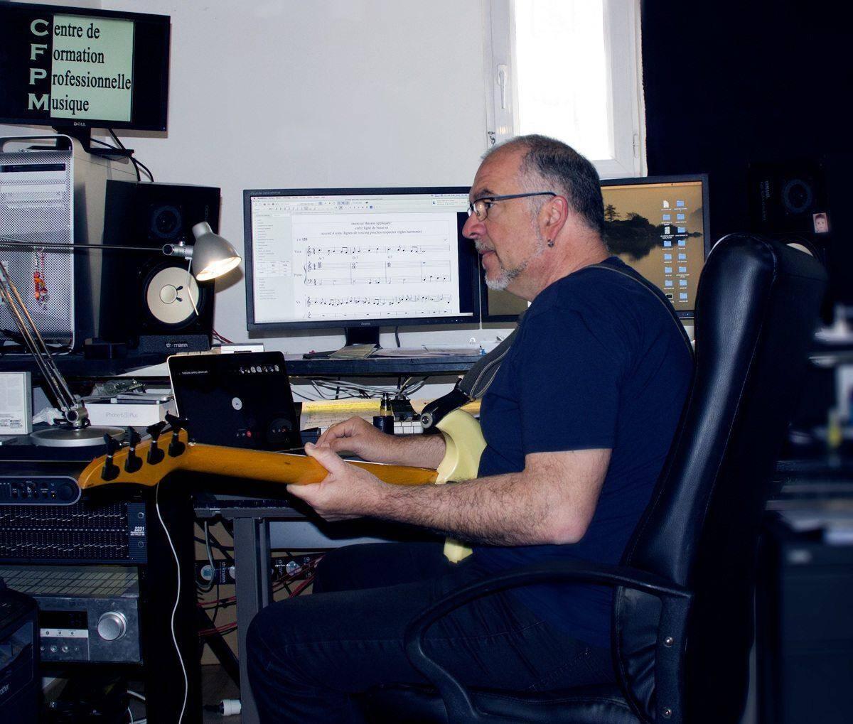 Jean-Luc Cervoni, directeur et professeur, prévoit de réaliser un montage vidéo à partir des enregistrements à domicile de chaque élève en clin d'œil au concert de fin de trimestre qui n'a pu avoir lieu.