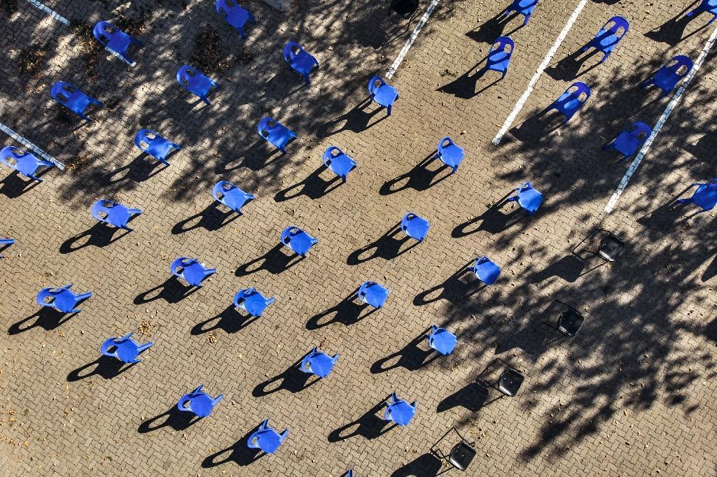 Vue aérienne d'un parking où des chaises ont été installées avant une distribution de nourriture respectant la distanciation sociale, à Soweto, dans la banlieue de Johannesburg, le 17 avril 2020.
