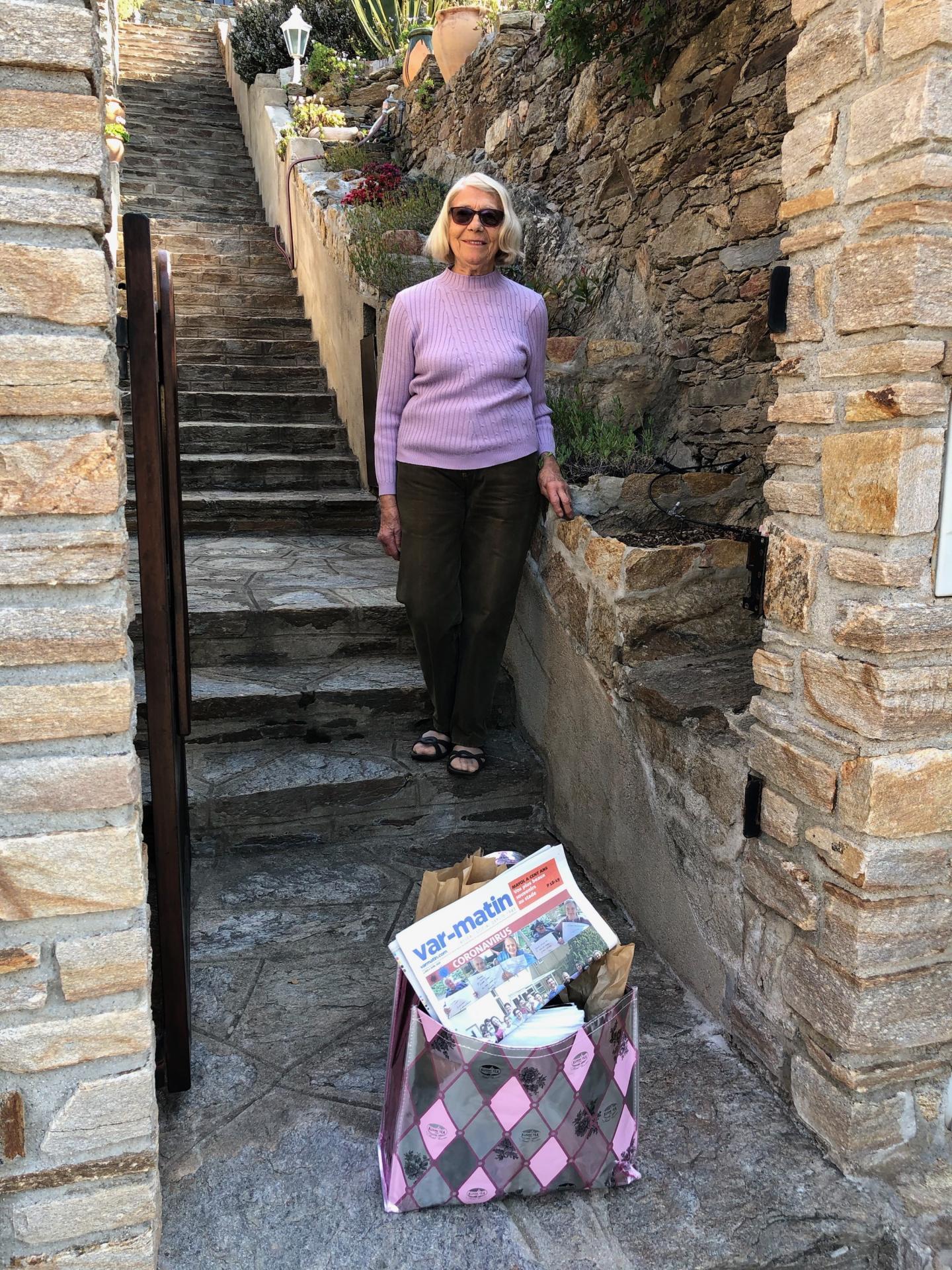 Livraison des denrées alimentaires et de la presse pour une voisine de Vanessa.