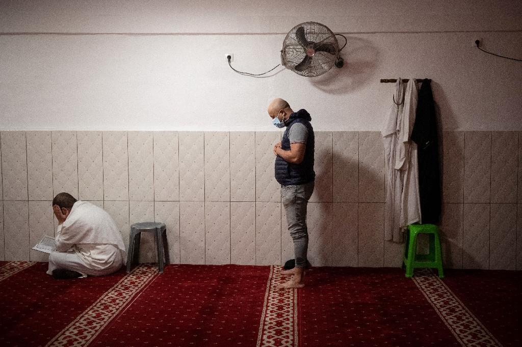 Des fidèles prient dans la mosquée de Tahara à Marseille, le 15 mai 2020