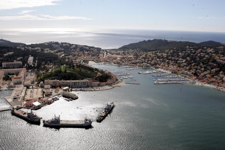 Le confinement obéit à une règle nationale, même sur une presqu'île abritée. Le juge y a annulé trois dispositions restrictives.