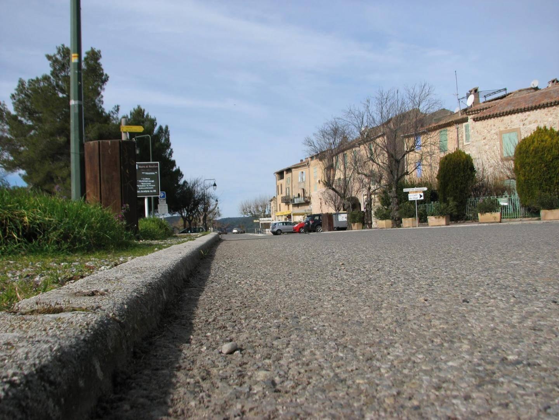 La rue principale de Bauduen, habituellement envahie de touristes, reste pour le moment désespérément vide.