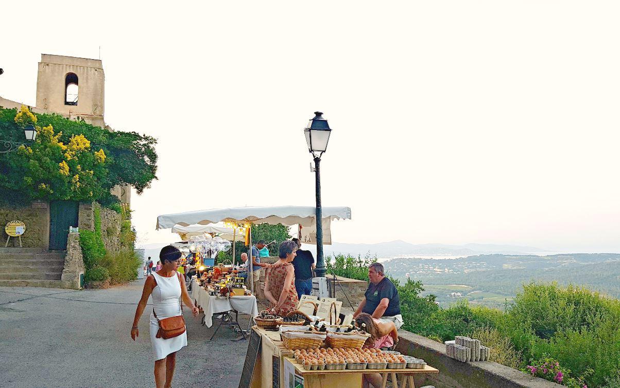 Le marché nocturne de Gassin, avec sa vue panoramique sur le Golfe, revient le 17 juillet.