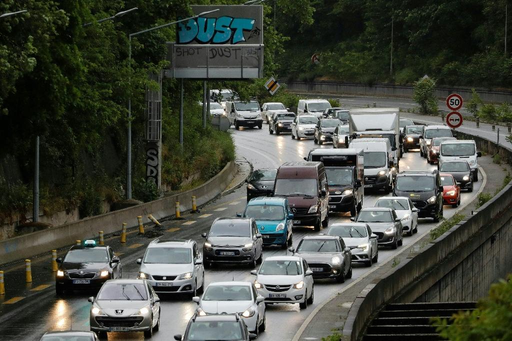 Des automobilistes sur l'autoroute A6 en direction de la Porte d'Orléans à Paris, le 11 mai 2020 au premier jour du déconfinement en France