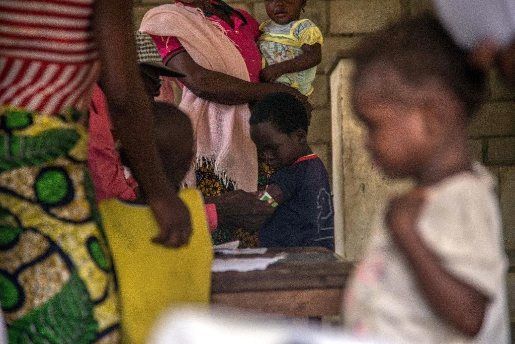 Des enfants se font vacciner contre la rougeole dans un centre sanitaire à Temba dans l'ouest de la RDC, le 3 mars 2020