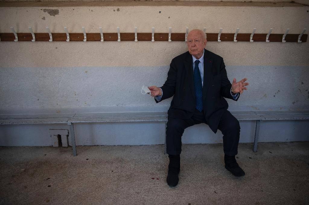 Le maire sortant de Marseille  Jean-Claude Gaudin parle avec des journalistes après avoir voté au second tour des élections municipales le 28 juin 2020