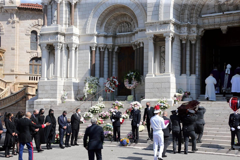 Le cercueil de la baronne Elizabeth-Ann de Massy est porté dans la cathédrale.