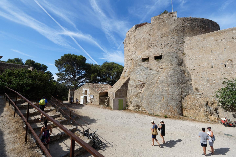 Dès le 15 juin, les visites des forts - comme ici à gauche au fort Sainte-Agathe à Porquerolles - pourront reprendre. Sur l'île, les balades à vélo ou à pied sont autorisées depuis le 11 mai. A Porquerolles, trois plages (à droite celle de la Courtade) sont ouvertes sous réserve de respecter des conditions fixées.