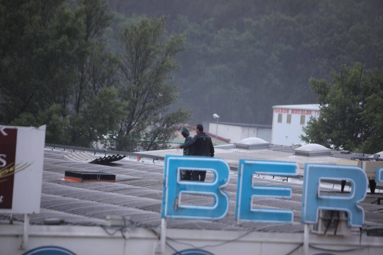 Sur le toit du magasin Berthet dans la Zone de St-Hermentaire.