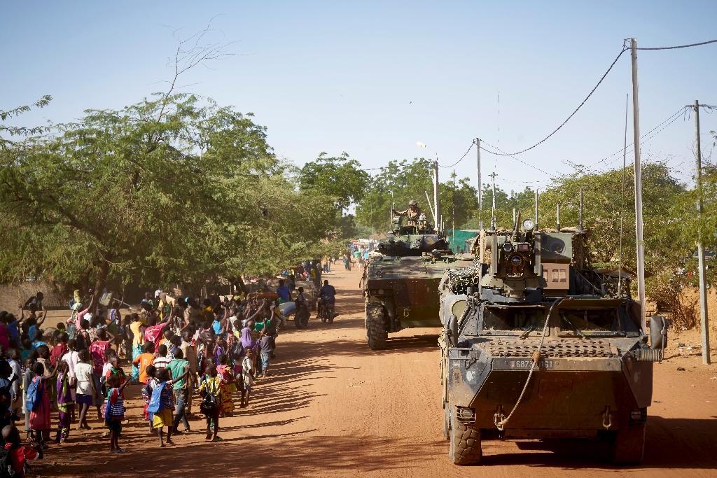 Des soldats français patrouillent dans le village de Gorom Gorom, dans le nord du Burkina Faso le 14 novembre 2019