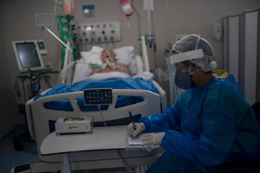 Une infirmière dans une unité de soins intensifs à Marica, dans la région de Rio de Janeiro le 5 juin 2020