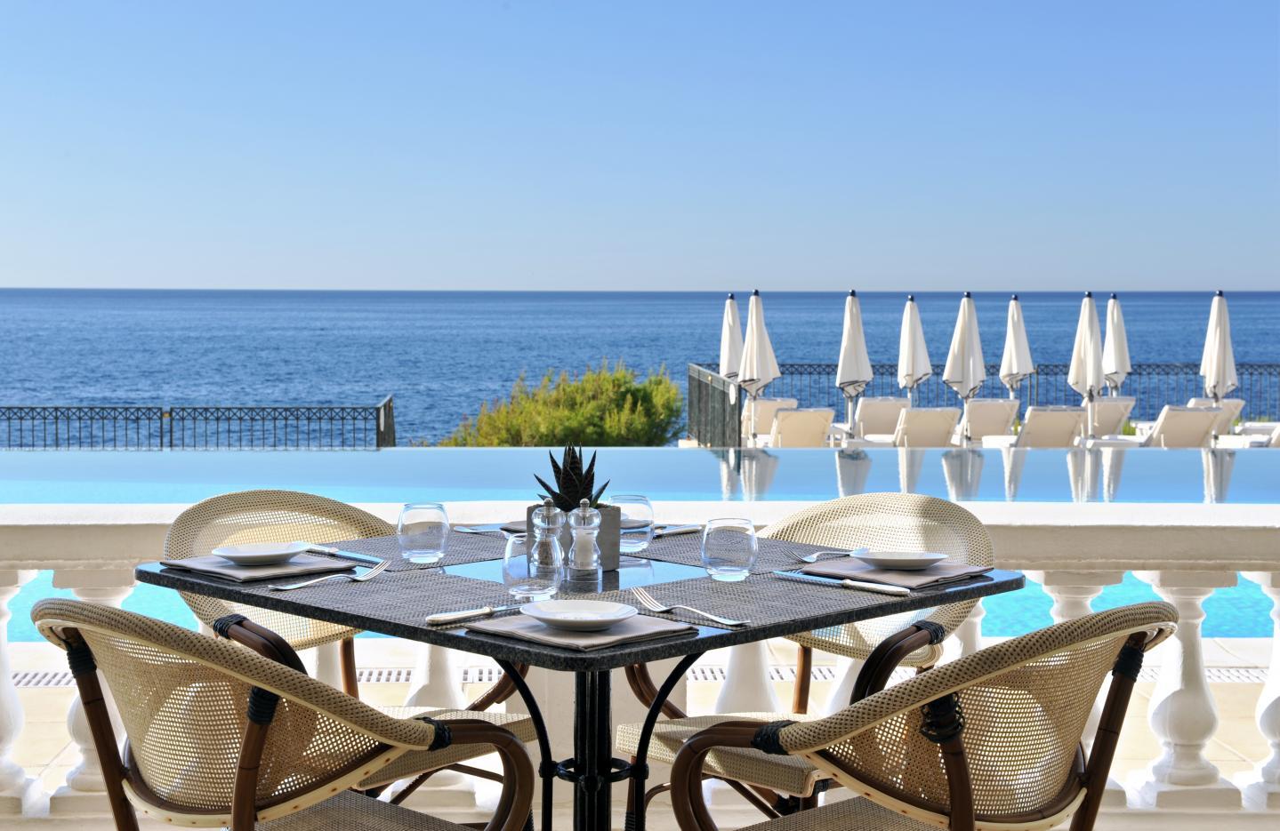 La célèbre piscine a fait peau neuve tout en gardant son intemporel charme des années 1930 et a été revêtue de pierres de Verrazzo se fondant parfaitement dans le paysage environnant.