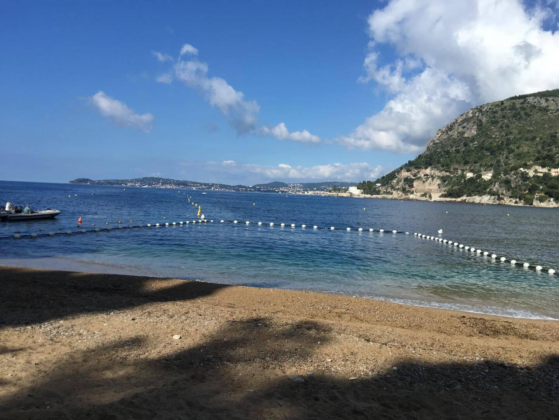 À la Mala, une partie des eaux de baignade est protégée par un filet anti-méduses.