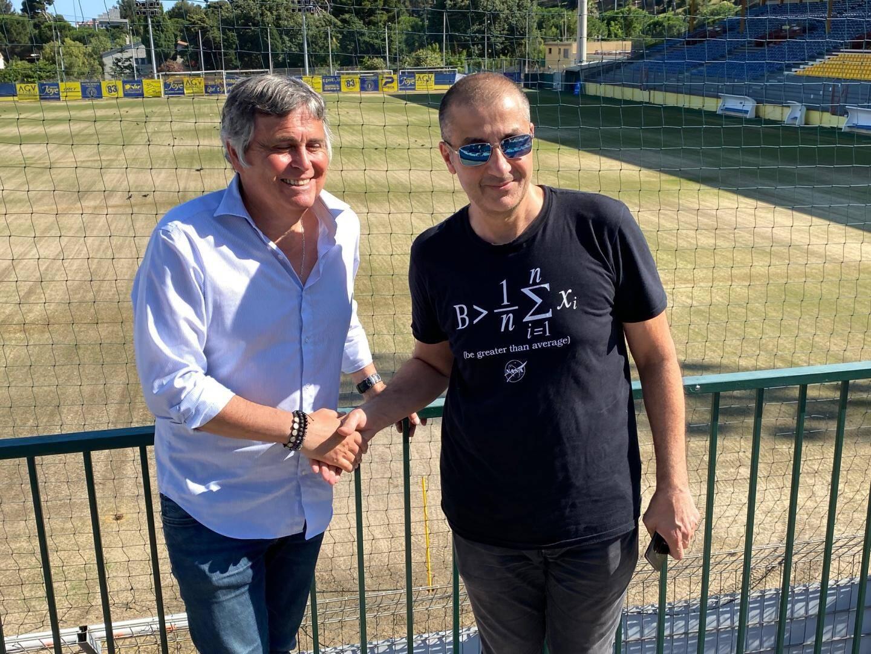 La poignée de main entre Joye et Boudjellal au stade Bon Rencontre de Toulon ce vendredi.