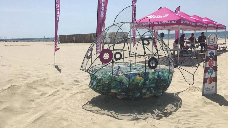 A La Grande Motte en juin 2019, le premier poisson-glouton. Cette poubelle géante a pour objectif de sensibiliser les vacanciers aux méfaits du plastique.